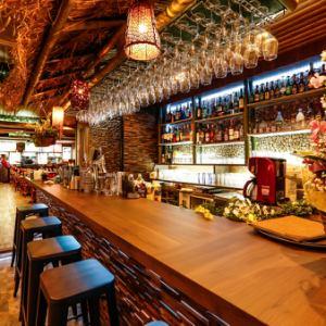入口すぐにあるバーカウンターで「サクッと飲み」も可能です。昼下がりのカフェタイムや、お仕事帰りの一杯までおひとり様からお気軽にお楽しみ頂けます。