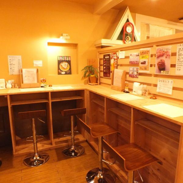 在木製風格的商店裡面是輕鬆放鬆的空間...♪有一個櫃檯座位,你甚至可以獨自放鬆一個人。非常適合作為在咖啡館時間吃甜點的地方,以及午餐時間♪在回家之前可以喝酒♪充滿活力和愉快的主人熱烈歡迎你☆