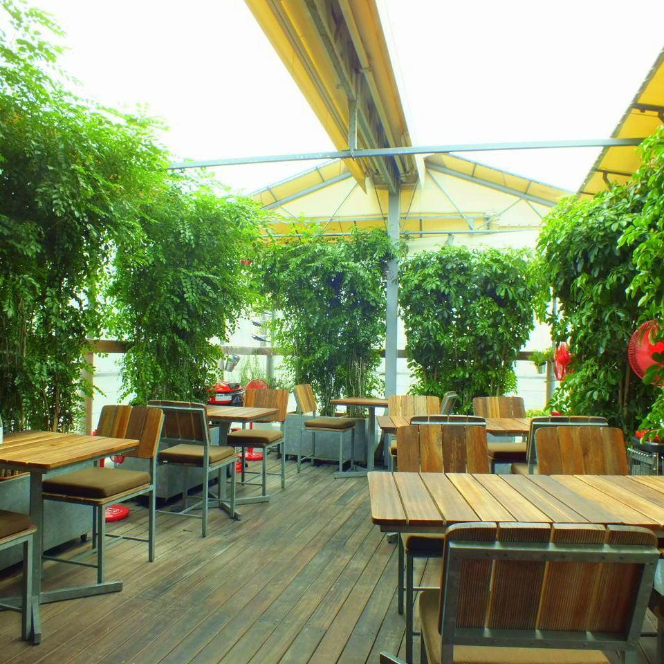 在您可以感受四季的屋頂露台上,您可以放鬆身心,享受對您的身心友好的漢堡包。
