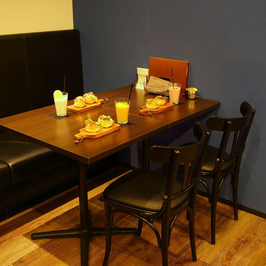 It is a table seat with sofa seating and chair chair × 2.Seat connection is also possible.