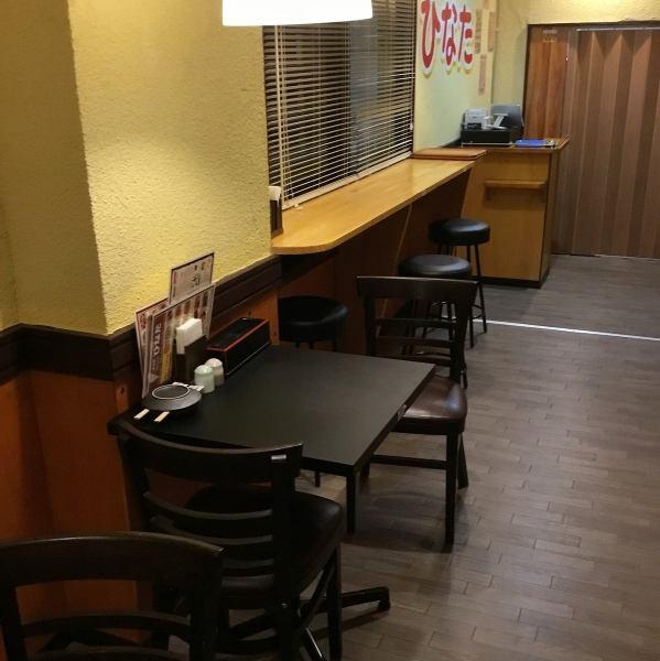 二人用テーブル席を7卓ご用意しております。こじんまりしていながらも、落ち着いてお食事が出来るのでランチタイムには近隣のサラリーマンやOLさんも多くいらっしゃいます。