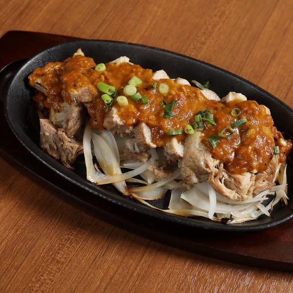 お店一押しのミックスグリル スパイスに漬け込みタンドール窯で焼き上げた肉料理を鉄板に盛った料理