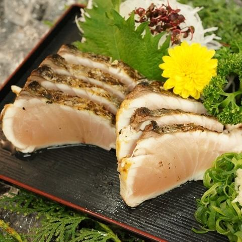 There are various kinds of fresh fish sashimi and carpaccio on a daily basis.