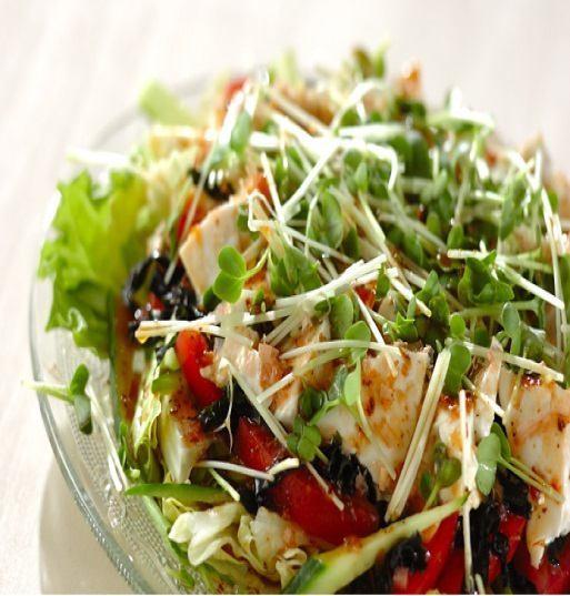 日式沙拉配虾和豆腐