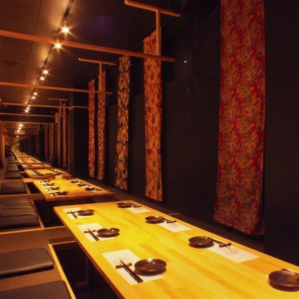 宴会主楼的二楼是完全就座和完全隔间!最多可以举办50次宴会。您可以在各种场景中使用它,包括发布会,公司宴会,校友会等。