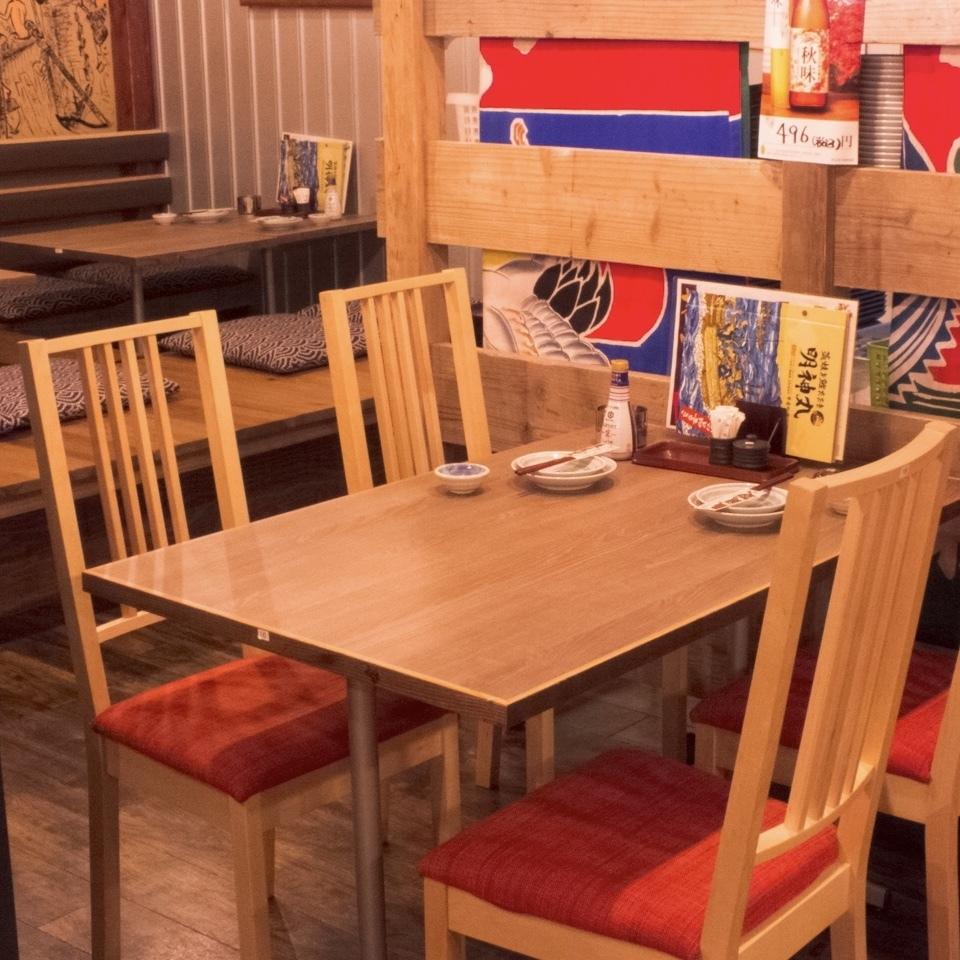 可容納4人的座位。它位於與周圍環境稍微分開的空間中。僅限2張桌子!