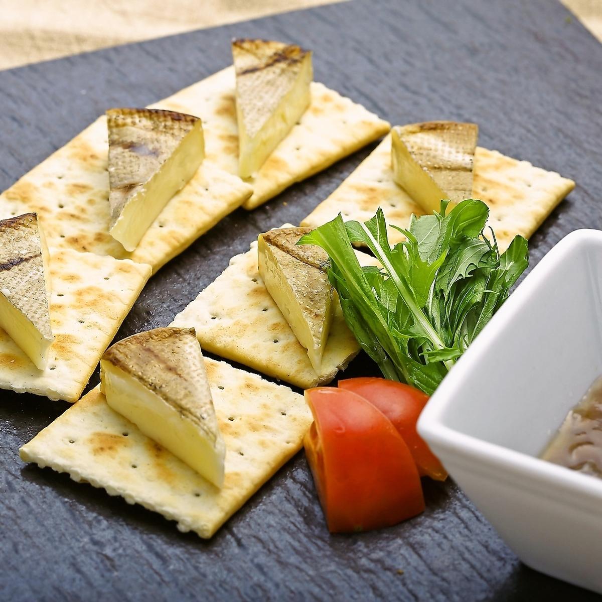 秸稈烤卡門培爾奶酪和白酒
