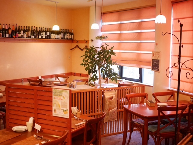 6桌24人/ 3櫃檯可用。我們也開展銷售業務。