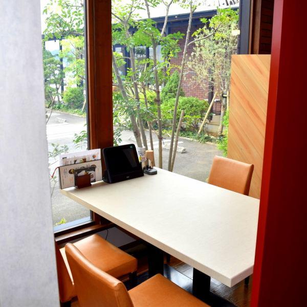 점심 시간에는 외부 햇볕이 따뜻한 기분 좋은 시간이 흐릅니다 ....문으로 분할함으로써 개인 실 풍으로 이용하실 수 있습니다.