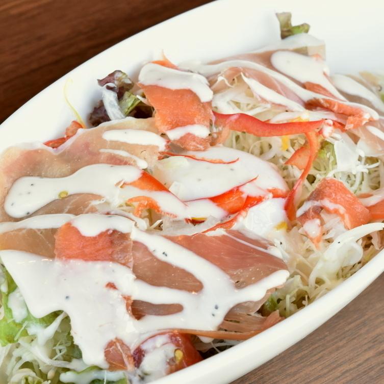 햄과 훈제 연어 · 온천 계란 시저 샐러드