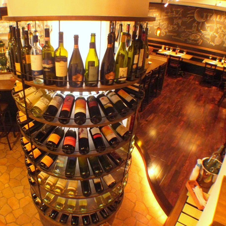 店内中央には円形のボトルが…♪100種類以上のワインを取り揃えております。どんなワインが良いかわからない場合はスタッフまで♪