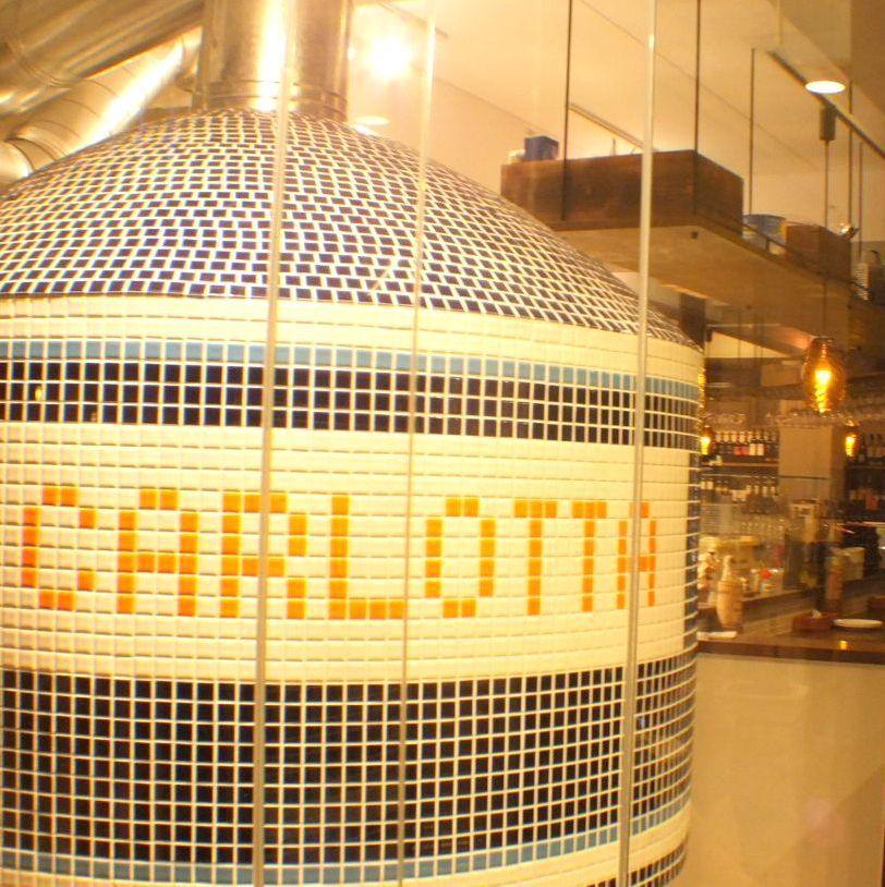 到商店的入口处有一个直接来自意大利的石窑......♪