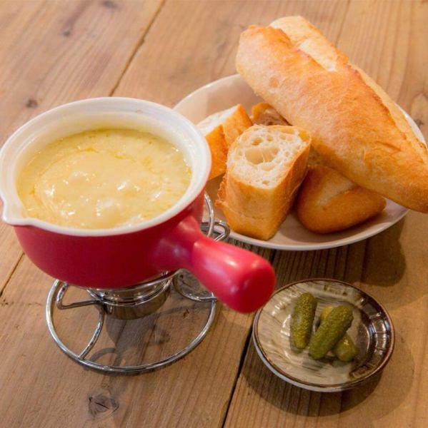 ☆チーズをもっと身近に☆「日本の冬の食卓に1年に一度、おでん、水炊きの間にチーズフォンデュを入れて頂きたい。」ルプレのお料理にはそんな想いが込められております。当店で食べた後、自宅でもチーズを楽しんいただけるようにチーズとワインだけで短時間で簡単にできる現地(スイスの)レシピと材料も提供しています。