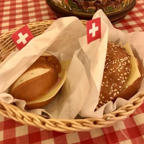 ソフトブレッツェルのグリエールチーズサンド
