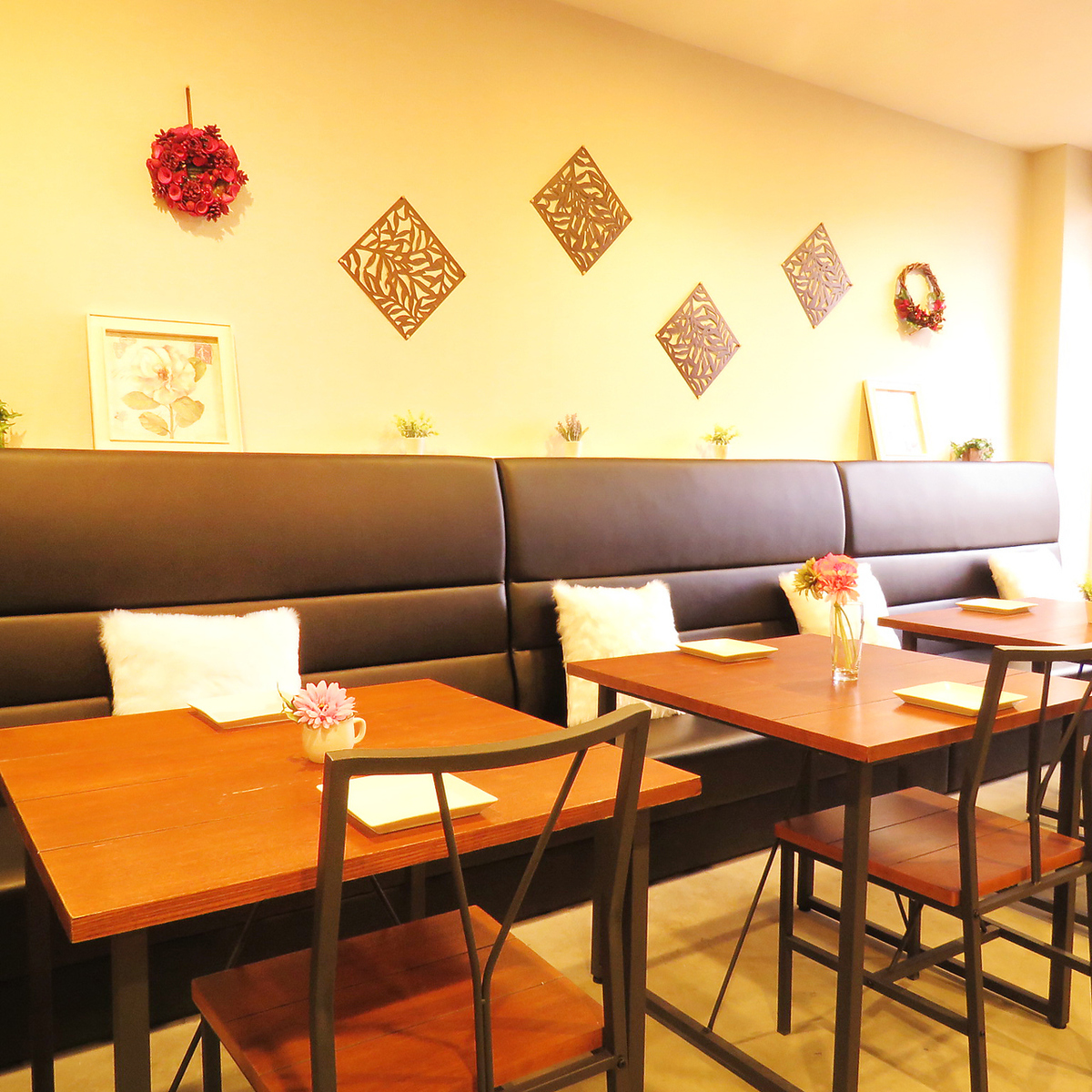Korean cafe introduces sofa seats so that guests can spend relaxing time.Also, it is possible to correspond to a large number of people, so Ideal for the girls' society!