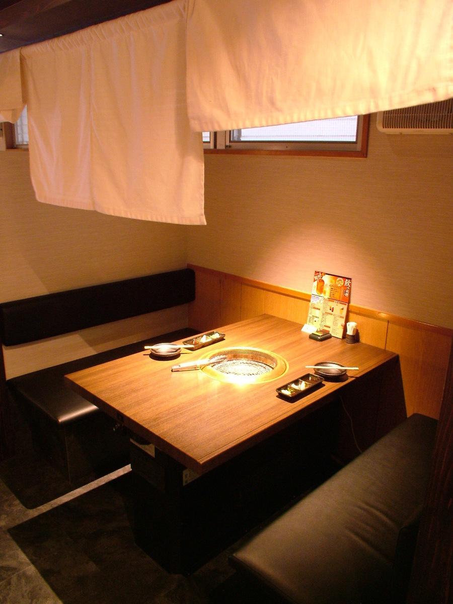 半私人房间的沙发桌座位由善意隔开!在气氛卓越的氛围中享受精美的伊万里牛。