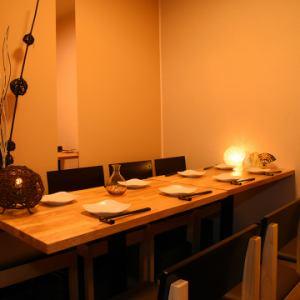 4名様と6名様用のテーブル席が並んでいる、個室利用も可能なお席です。テーブルの間にロールカーテンを設けているので、それぞれのお席で程よいプライベート感を保った食事もしていただけます。全体を使用して10名様までのグループ宴会も◎