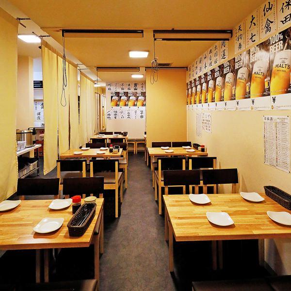 少人数のお食事には気軽なテーブル席がおすすめです。テーブルの間にロールカーテンを下ろして、プライベート感のある半個室空間の演出も。もちろん、こちらも人数に合わせてご利用いただけます。さらに、お店まるごと貸切なら最大100名様のお集まりに対応可能。梅田で大宴会ならぜひご相談を。