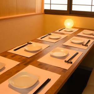 会社帰りの気軽なお食事にも最適なテーブル席を、60席完備。席同士の間にあるカーテンロールを下ろして、4名様ごとにプライベート感のある空間演出も可能です。大人数の利用では広めの空間ですので、一体感のある宴会も開いていただけます。