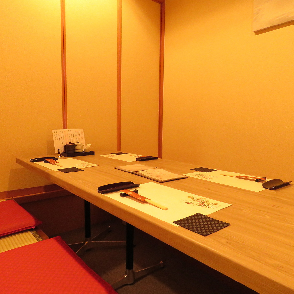 We prepare a private room where you can relax quickly.Please use for entertainment and banquets.※ We are digging and drilling.(The breakdown of seats will be 6 seats × 1, 4 people seats × 1)
