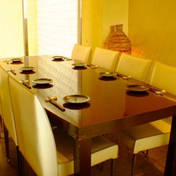 8名テーブル席は仕切りで半個室をして利用できます。モニターもあるのでDVDの上映もOK!