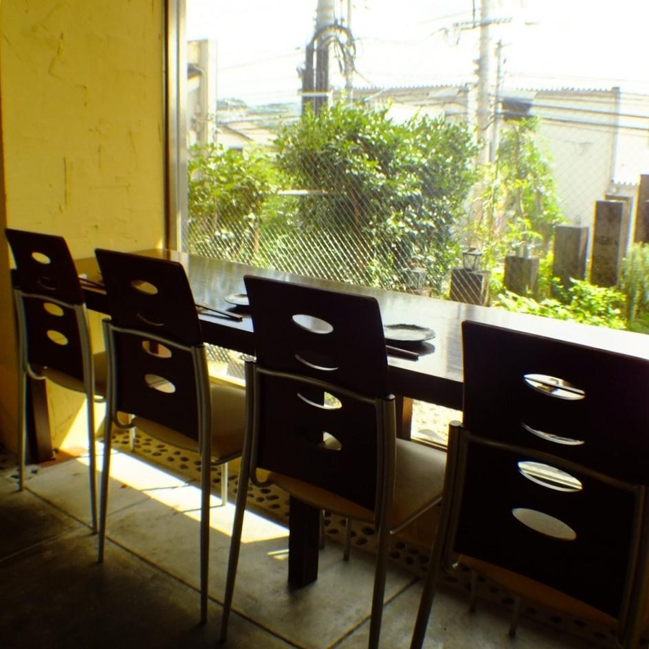 庭を臨む窓際のカウンター席は4席