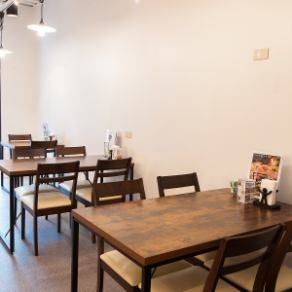 【1F】2名様掛けのテーブル席となります。友人/地元/学生/会社/女子会/ママ会/デート