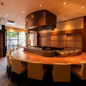 一個充滿LIVE感覺的櫃檯座位,非常適合約會,一對夫婦的使用,工作回來或幾杯飲料。當然,這是一個休閒的氛圍,一個人可以隨意使用,即使是一個享受他最喜歡的緣故的人,同時煎炸豐富的Fukagawa特色菜。