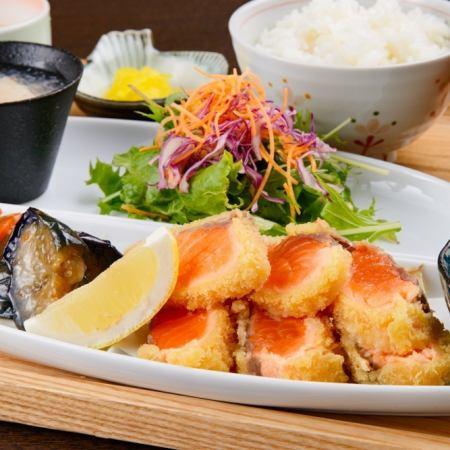 生サーモンレアカツと広島産カキフライ2個定食