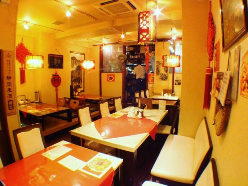 白を基調とした清潔感のあるお店。落ち着いた雰囲気の中、本格四川料理をお楽しみ下さい。美肌女子会や各種宴会もご予約受付中♪最大48名様まで宴会OK♪