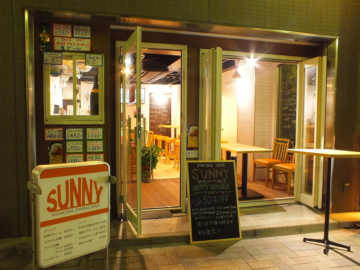 露台座位是站立的饮料。白天你可以在旁边享受人力车。欢呼♪同时观看东京天空树在夜间点亮