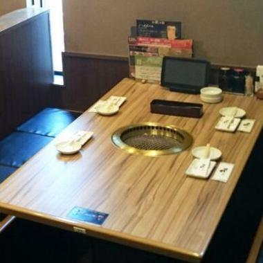 4 명 곱하여 6 인용 테이블, 가족이나 연회 등 다양한 장면에서 이용하실 수 있습니다.
