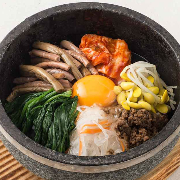 石头煮熟的石锅拌饭