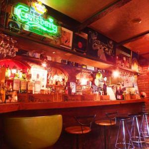 目の前にボトルやグラスが並んだおしゃれなバーカウンター。デートにも◎な雰囲気。