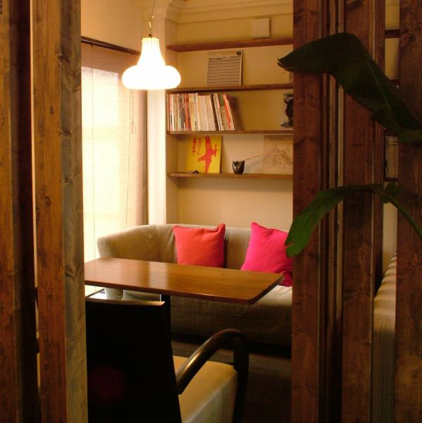壁で仕切られた個室風スペースも。バースデイ・記念日などにもオススメの空間。