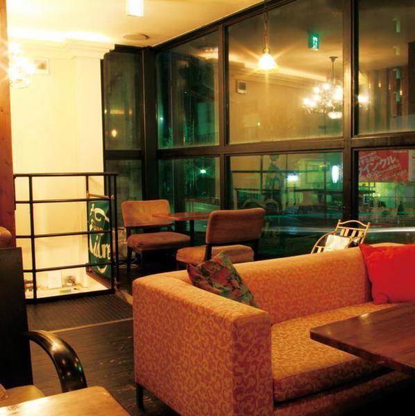 ふかふかチェアのくつろぎカフェ。ソファ席もあり、スローな時間を過ごせる。2Fは最大33名まで(立食は50名まで)