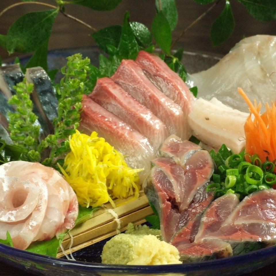 三陸の鮮魚をお刺身盛り合わせに…人気メニューです。
