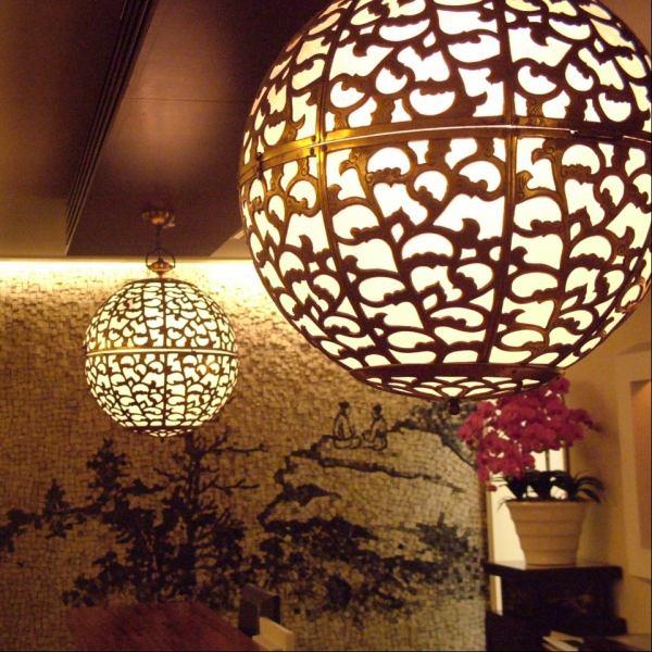 歴史ある名店の趣ある店内。ディナー時は照明を抑えたシックな雰囲気。