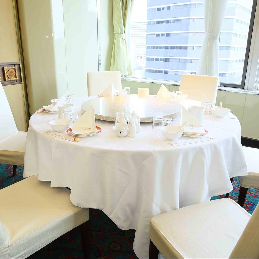 街並みが見える高級中華料理店。円卓を囲んで、楽しいお時間をお過ごしいただけます。
