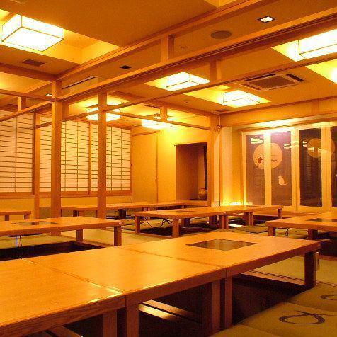 《宴会最大70名様迄》大人数宴会の会場なら、大阪・梅田の駅近居酒屋「なにわ味贔屓屋」にお任せください!団体利用にぴったりな個室や、最大70名様OKの掘りごたつ席など人数・シーンに合わせて臨機応変に対応致します!宴会を盛り上げる横断幕などのオプションもご用意しておりますので、お気軽にご相談ください。