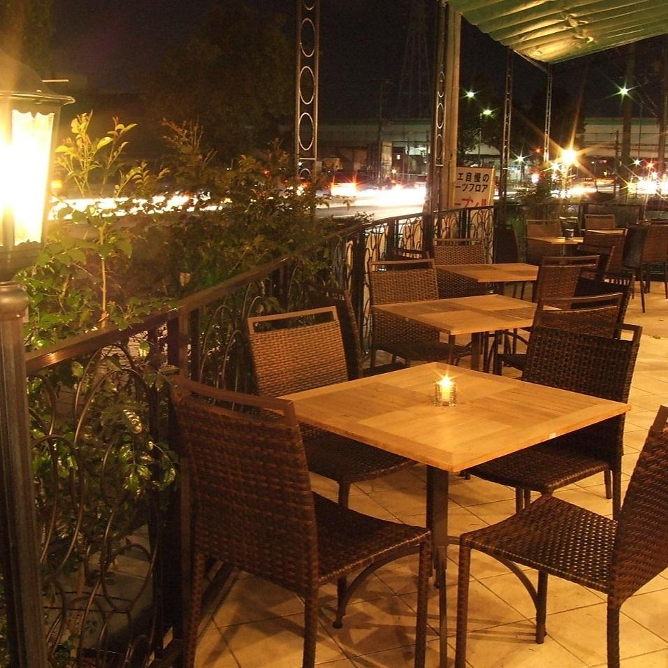 點亮的露台座位是隱藏的熱門景點!夜間咖啡廳和露台☆毯子也租用於女孩協會和約會。