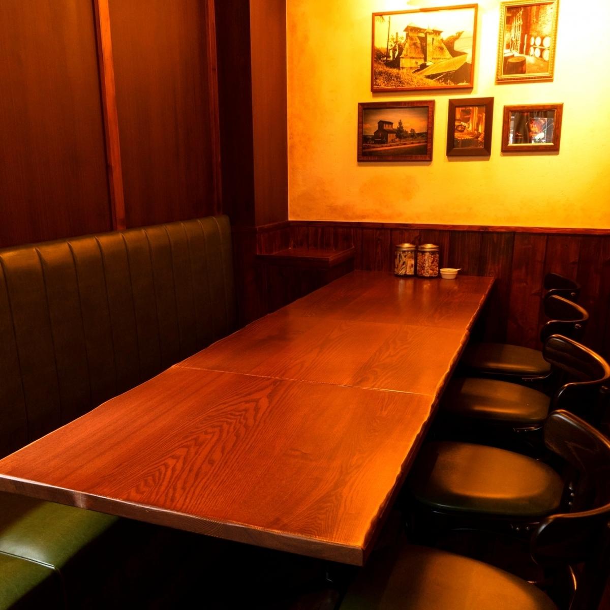 一個桌椅,當你想在朋友喝酒時很容易使用。還有一個可容納3至4人的長椅。