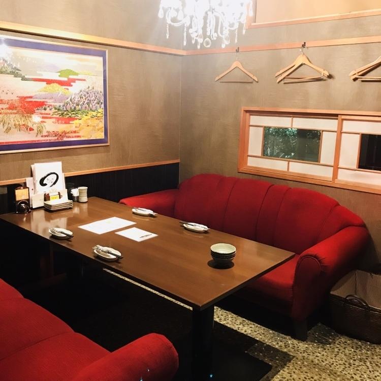 这是一间带红色沙发和吊灯的贵宾包房。适合4至6人入住。欢迎来到想要感受到富裕的女孩社会!当然,你可以将它用于好客的。