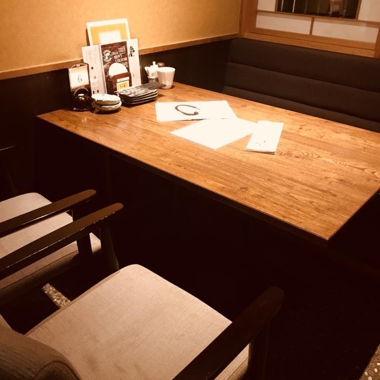 桌子座位可供2至5人使用,您可以在不脱鞋的情况下享受自己。这可能是一个完整的私人房间和半个私人房间。