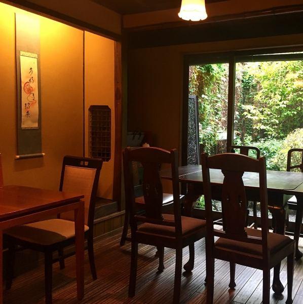 【女子会に♪テーブル席】店舗にかけられた掛け軸や、京都の雰囲気を感じれる店内は、会社でのご宴会や女子会におすすめです。お誕生日】お誕生日のお祝いやサプライズにケーキご用意いたします!事前にご予約ください♪