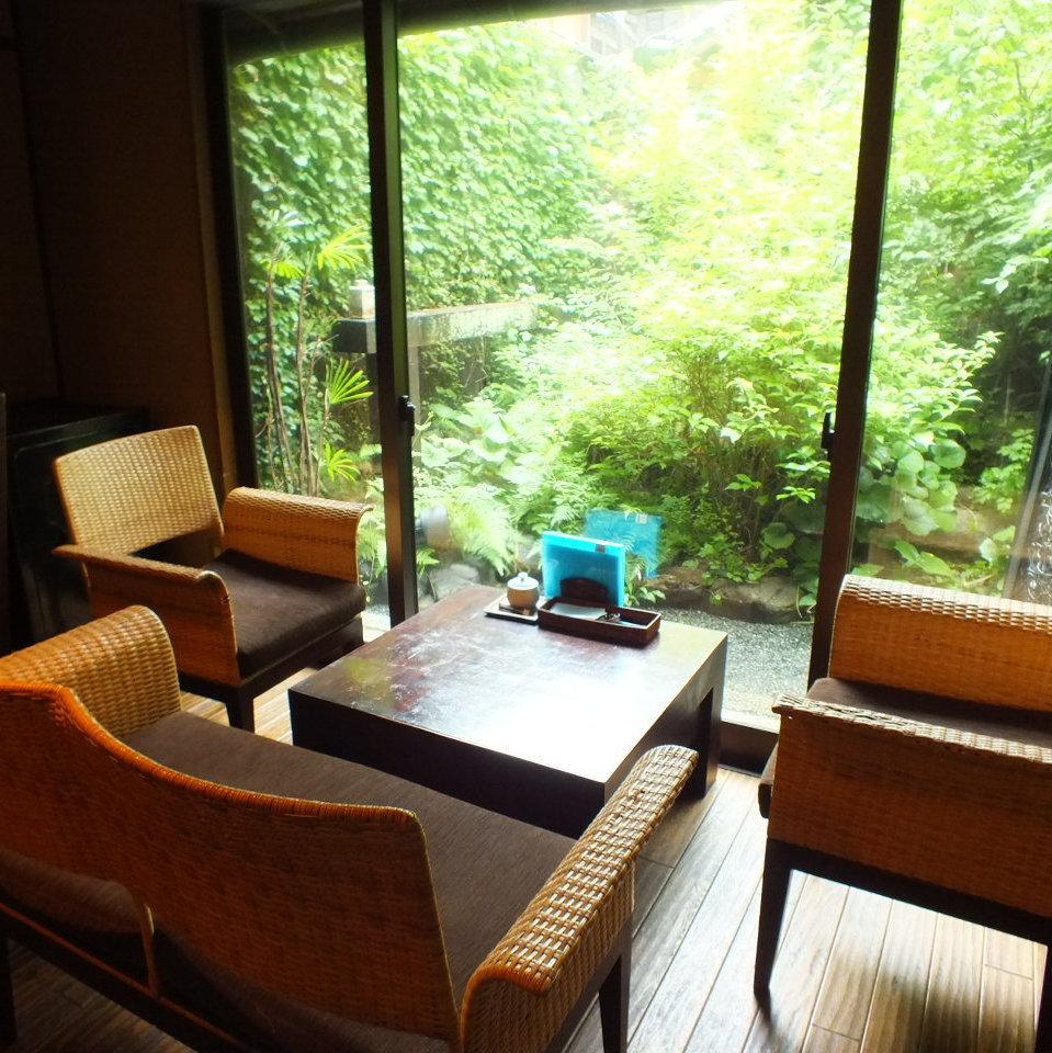 這是一個受歡迎的沙發座椅,享有花園美景。