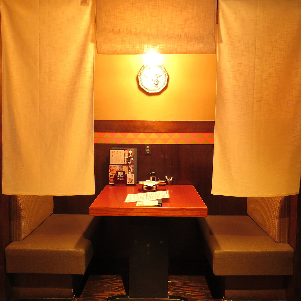 You can relax relaxingly with spacious table seats in a private room partitioned by goodwill.
