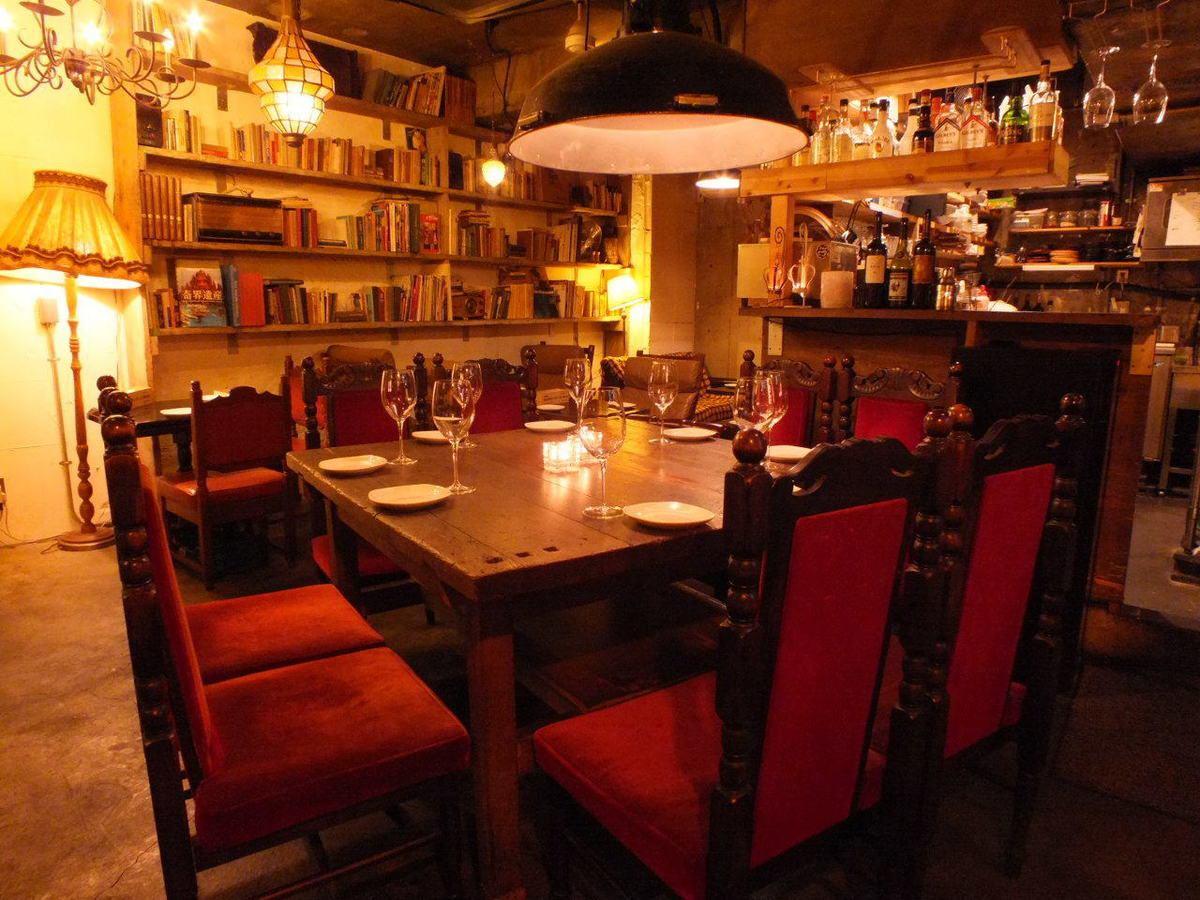 周圍環繞著古董家具,咖啡館空間,您可以感受到不尋常的生活♪