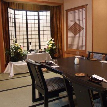 個室は2名様用~最大80名様用まで座敷やテーブル席もご用意。結納から法事、宴会まで幅広いシーンでご利用可能です