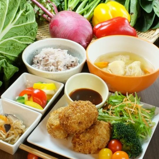 """Daily lunch"" using seasonal vegetables is recommended ★ Main and 2 small pots of the day etc. Volume adequate ◎ 900 yen"